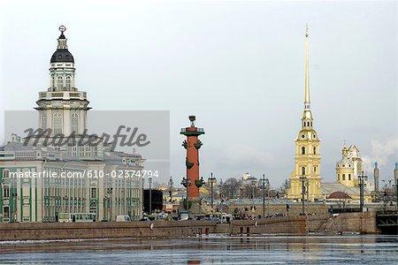 Russie, Saint-Pétersbourg, la cathédrale Pierre et Paul, le Kuntskamera et la colonne rostrale.