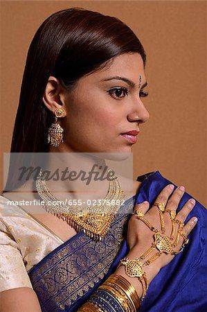 Femme indienne portant des bijoux de mariage traditionnel