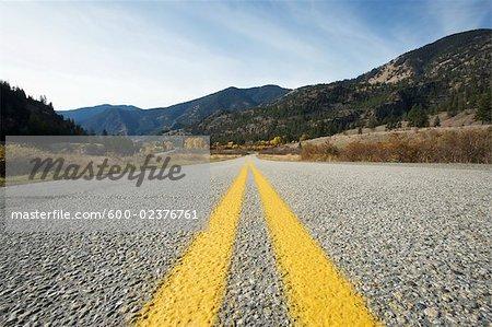 Vue en gros plan de route près de Keremeos, Okanagan, Colombie-Britannique, Canada