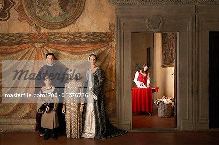 Maid de repassage et la famille médiévale, Mugello, Toscane, Italie