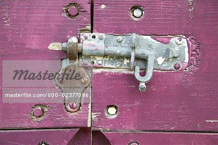 Gros plan de glissement serrure à pêne sur la porte violet