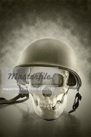 Crâne avec le casque de l'armée américaine
