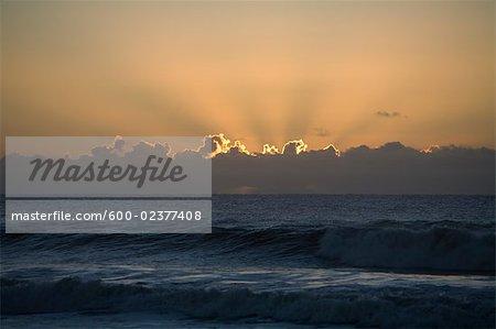 Soleil levant sur la plage, Punta del Diablo, Uruguay