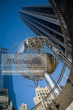 Vue d'angle faible d'une sculpture de globe en face d'un bâtiment, Columbus Circle, Manhattan, New York City, New York State, États-Unis