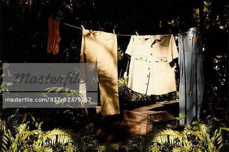 Vêtements suspendus sur une corde à linge