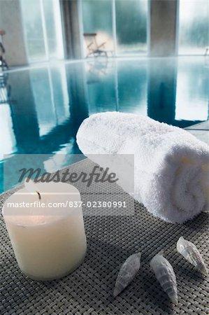 Serviette avec un feu obus de bougie et de la mer au bord de la piscine