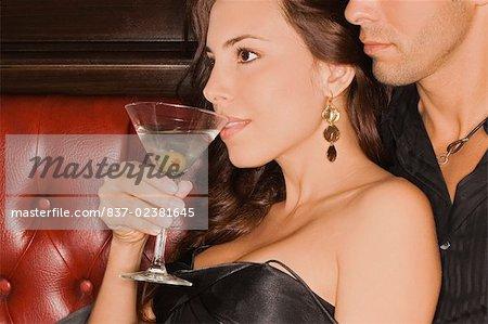 Jeune homme assis sur un stand et d'embrasser une femme adulte mid