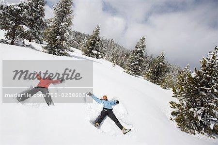 Couple faire des anges de neige, Breckenridge, Colorado, USA