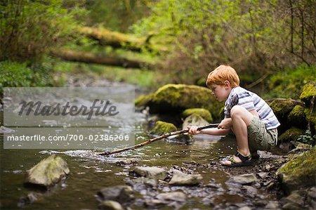 Jungen spielen im Creek, Portland, Oregon, USA