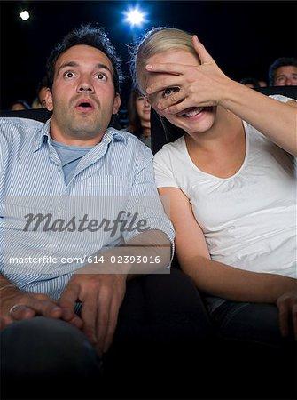 Un couple de regarder un film effrayant