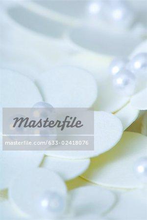 Fleurs décoratifs ornés de perles, gros plan
