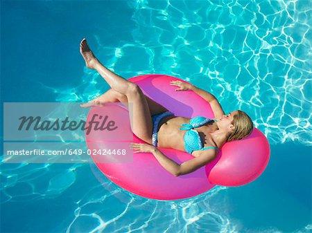 Femme sur une chaise gonflable de piscine