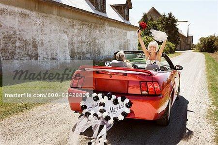 Les nouveaux mariés chassant en décapotable, Niagara Falls, Ontario, Canada