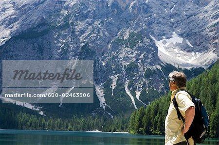 Mann, stehend am Lago di Braies, Südtirol, Italien