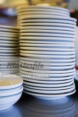 Nahaufnahme der Stapel von Platten in Retro-Diner