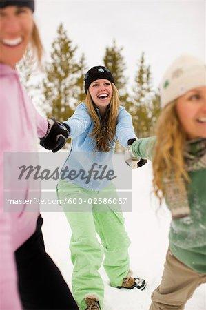 Groupe de femmes jouent dans la neige, près de Frisco, Summit County, Colorado, Etats-Unis