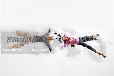 Femmes faisant de neige anges, près de Frisco, Summit County, Colorado, Etats-Unis