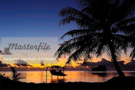 Bateau dans la rampe de mise à la tombée de la nuit, Raiatea, Polynésie française