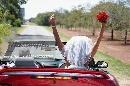 Mariée et le marié chassant en décapotable, Niagara Falls, Ontario, Canada