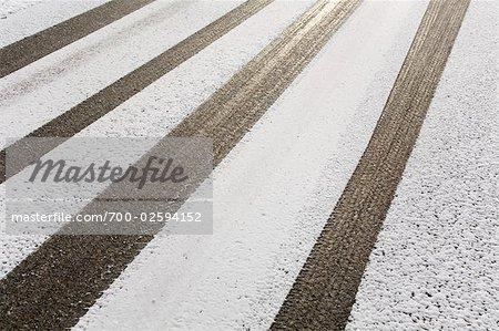 Reifen Spuren im Schnee