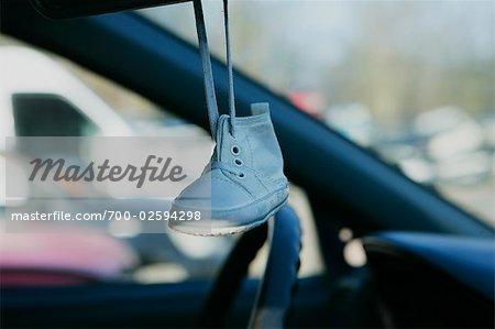 Spiegel Baby Auto : Baby schuh von spiegel in zerstörten auto hängen stockbilder