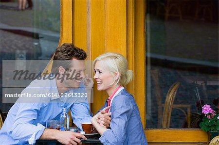 Couple au café