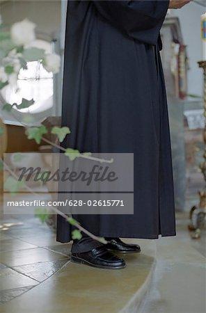 Priester in seiner Mönchskutte Stand vor dem Altar - Predigt - Kirche - Christentum - Hochzeit - Tradition