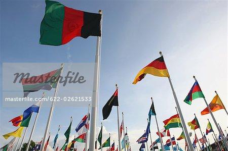 Multinationale drapeaux agitant sur fond de ciel