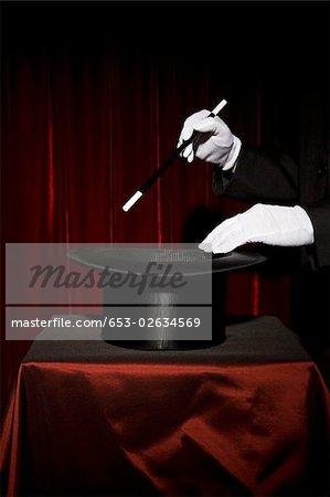 Un magicien de gantés mains effectuant un tour de magie