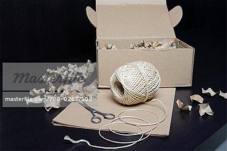 Chaîne, papier de bricolage, boîte, farce et ciseaux