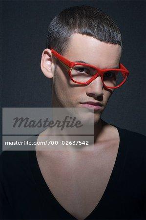 Portrait d'un homme portant des lunettes