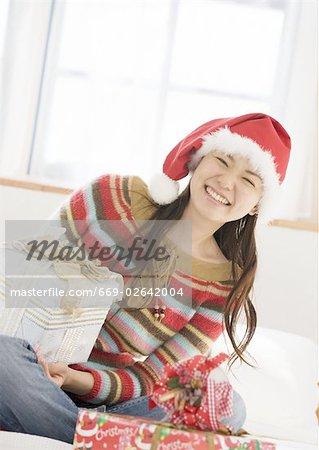 Une femme tenant le cadeau de Noël