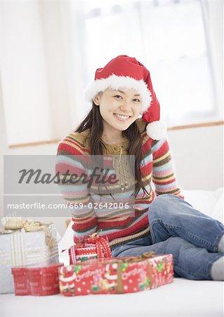 Une femme avec le cadeau de Noël