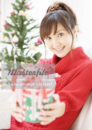 Une femme donnant le cadeau de Noël
