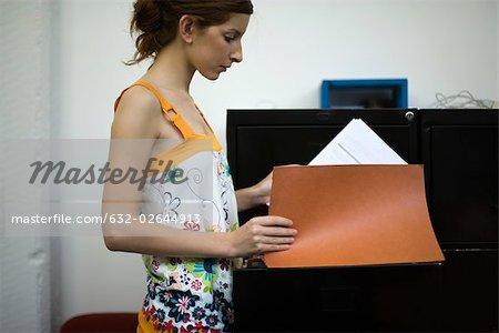 Femme tout-aller à la recherche de fichiers