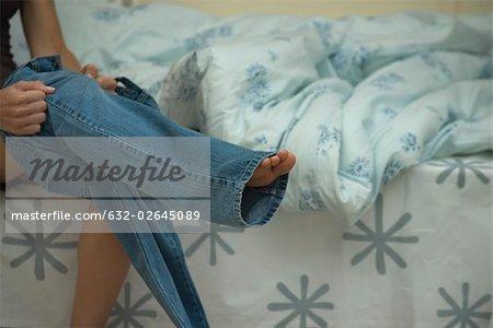 Femme mise sur des jeans, recadrée vue