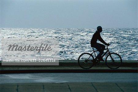 Vélo homme par le biais de waterside park