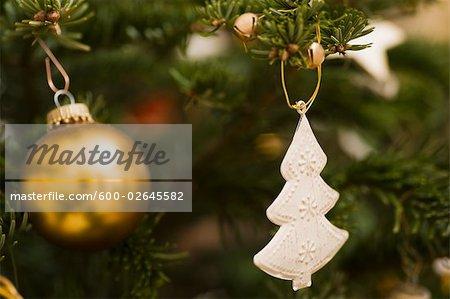 Gros plan des ornements de Noël, arbre de Noël