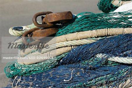 Filets de pêche et de câbles dans un tas, très gros plan
