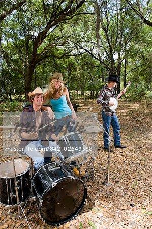 Jeunes cow-boys et cow-girl, jouant des instruments vintage camion à l'extérieur
