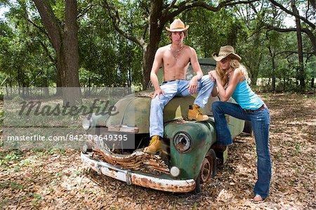 Jeunes cow-boys et cow-girl traîner par camion vintage à l'extérieur