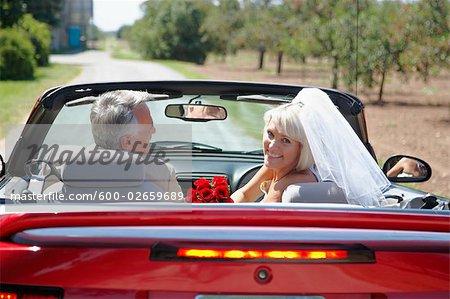 Les nouveaux mariés en décapotable, Niagara Falls, Ontario, Canada