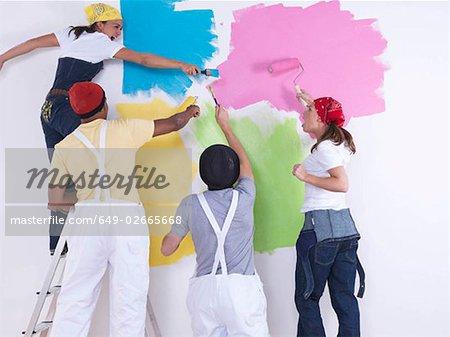 Gruppe von Freunden, die Wand zu malen.