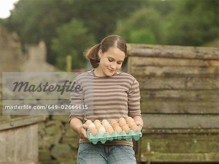 Mädchen mit einem Tablett von Eiern