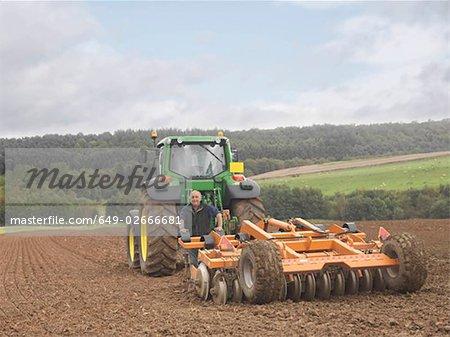 Agriculteur avec tracteur de champ