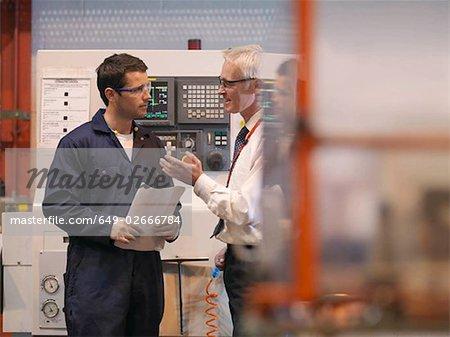 Ingénieurs en face de la Machine
