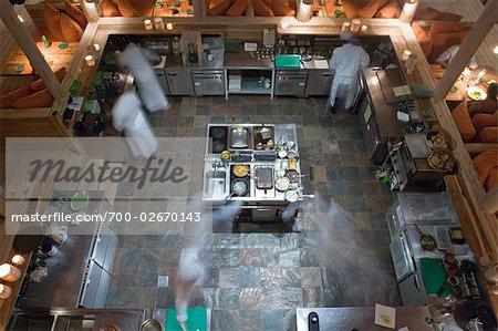 Cuisiniers travaillent dans la cuisine du Restaurant, North Male Atoll, Maldives