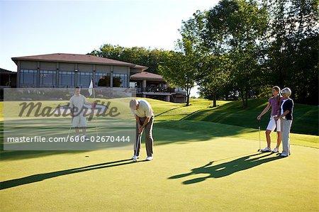 Couples, jouer au golf, Burlington, Ontario, Canada