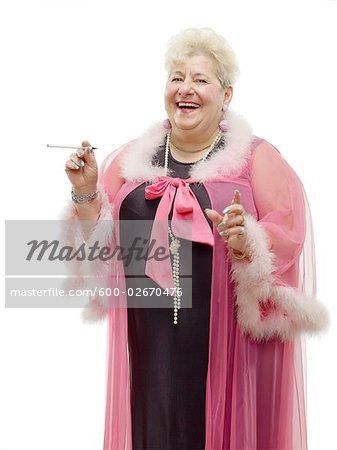 Portrait de femme portant déshabillé et fumant une Cigarette