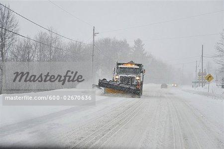 Gratte à neige sur la route, Ontario, Canada